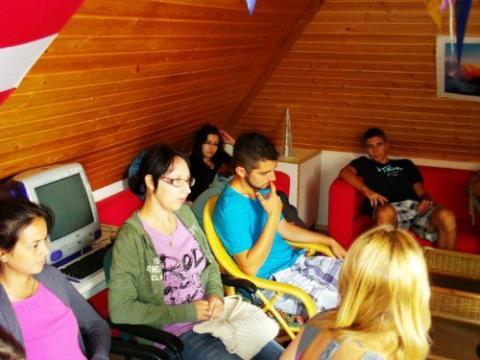 Hallasd a hangod! Magyarkanizsai, alkmaari és tatai fiatalok a demokráciáról